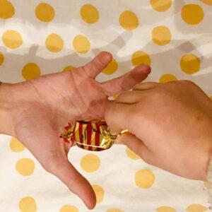 2 mains d'enfants qui échangent un cadeau