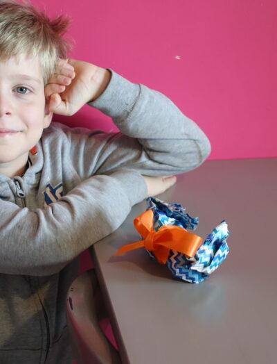 Enfant préparant un cadeau